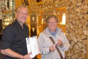 Bernd Range übergibt Bering Uhr an Gewinnerin