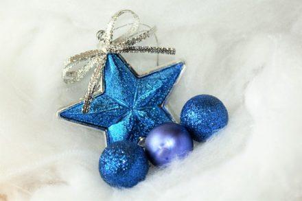blauer Stern und blaue Christbaumkugeln